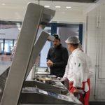 Steffen Henssler Besichtigt die Küche